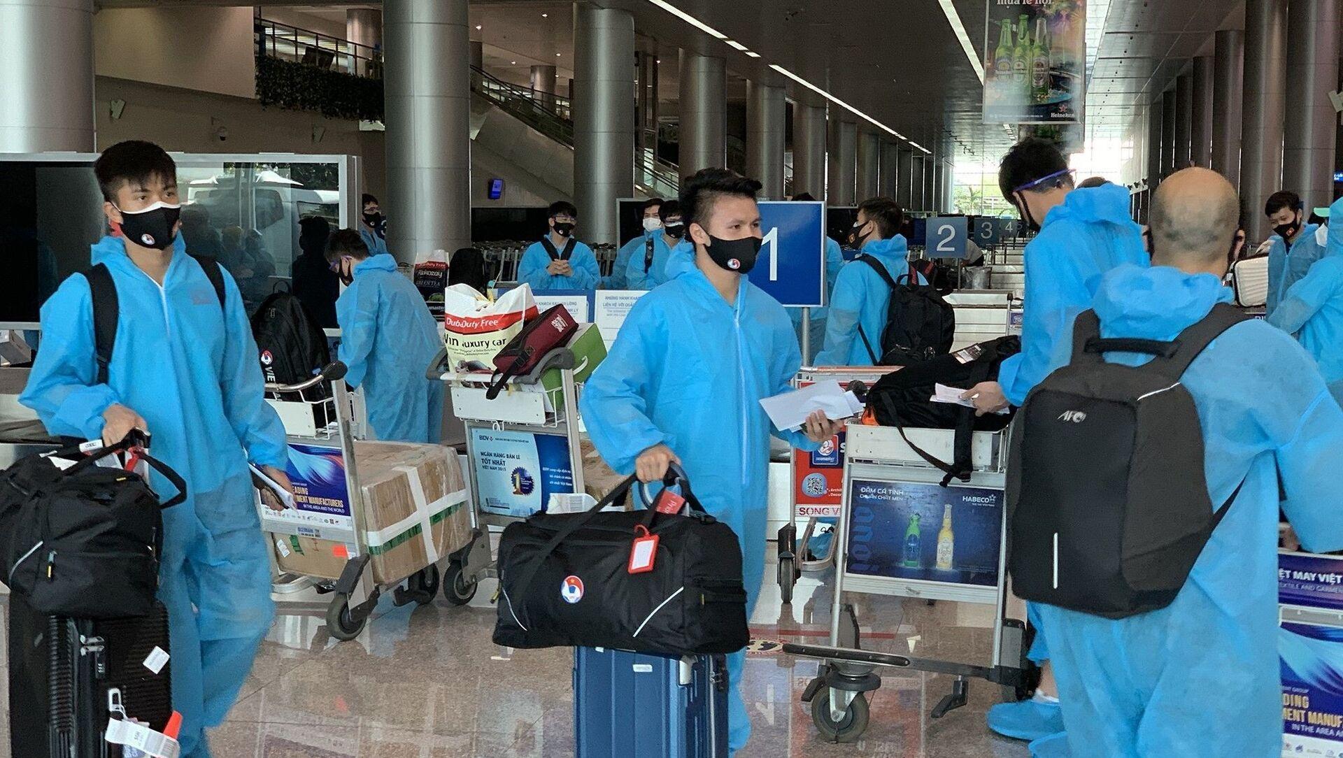 Tiền vệ Văn Đức (trái) và Quang Hải (phải) nhận hành lý tại sân bay. - Sputnik Việt Nam, 1920, 17.06.2021