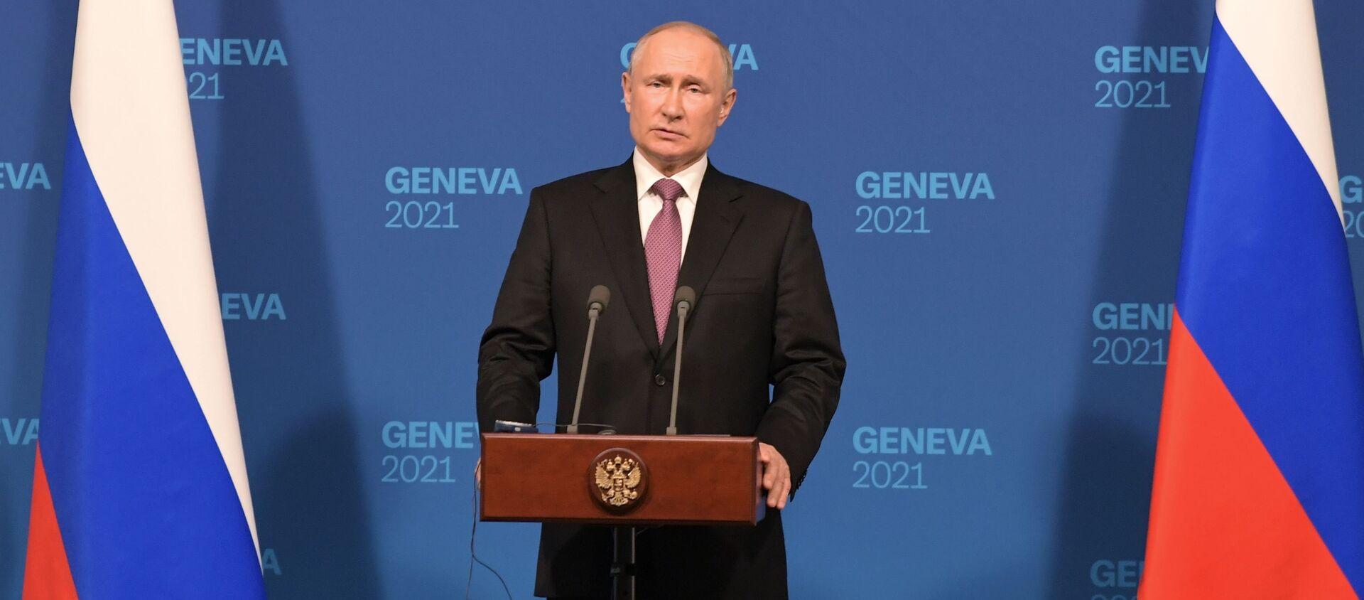 Tổng thống Nga Vladimir Putin tại cuộc họp báo sau hội đàm với Tổng thống Mỹ Joe Biden ở Geneva. - Sputnik Việt Nam, 1920, 17.06.2021