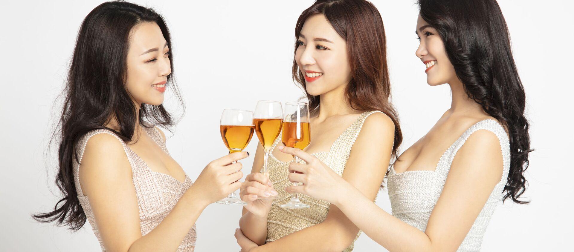 Các cô gái đang uống bia. - Sputnik Việt Nam, 1920, 17.06.2021