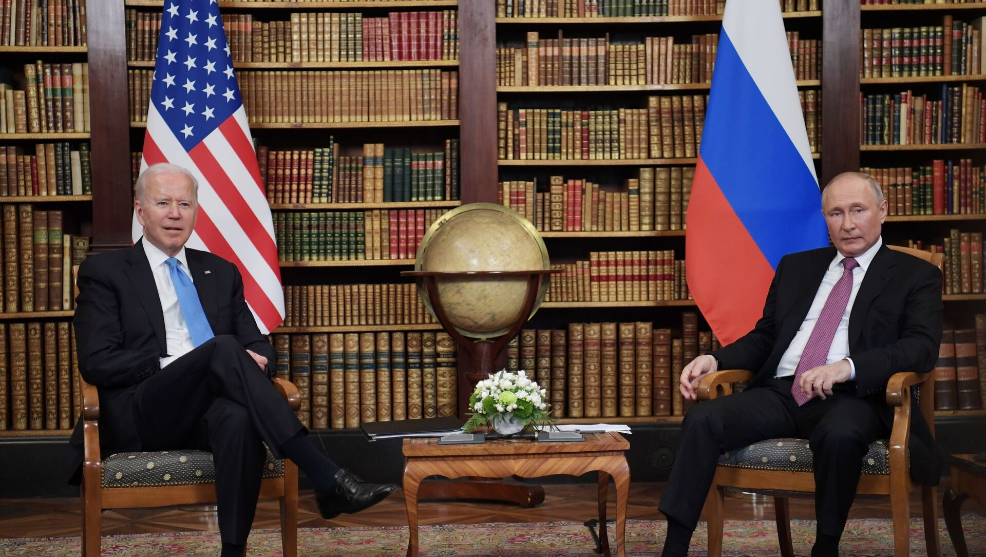 Tổng thống Nga Vladimir Putin và Tổng thống Mỹ Joe Biden trong cuộc gặp ở Geneva tại Villa La Grange - Sputnik Việt Nam, 1920, 23.06.2021