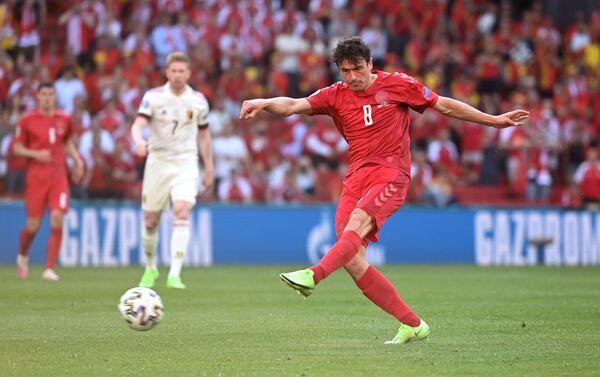 Cầu thủ Thomas Delaney (Đan Mạch) sút về phía khung thành. - Sputnik Việt Nam