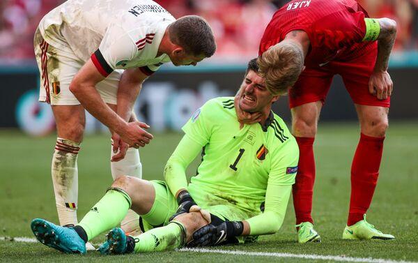 Cầu thủ Bỉ Jan Vertonghen, thủ môn Bỉ Thibault Courtois và Simon Kjaer của Đan Mạch trong trận đấu vòng 2 vòng bảng EURO 2020 giữa hai đội tuyển Đan Mạch và Bỉ. - Sputnik Việt Nam