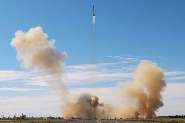 Tên lửa Trường Chinh - 2F Y12 với tàu vũ trụ Thần Châu-12 cùng ba nhà du hành cất cánh từ Sân bay vũ trụ Jiuquan - Sputnik Việt Nam