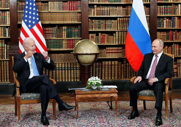 Tổng thống Nga Vladimir Putin và Tổng thống Mỹ Joe Biden trong cuộc gặp tại Biệt thự La Grange, Geneva - Sputnik Việt Nam