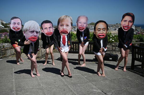 Các nhà hoạt động bảo vệ môi trường Extinction Rebellion chụp ảnh với khuôn mặt các nhà lãnh đạo G7 tại cuộc biểu tình trong thời gian diễn ra hội nghị thượng đỉnh G7 ở Anh - Sputnik Việt Nam