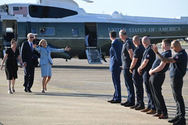 Tổng thống Mỹ Joe Biden và đệ nhất phu nhân Jill Biden tại sân bay Heathrow sau Hội nghị thượng đỉnh G7 - Sputnik Việt Nam
