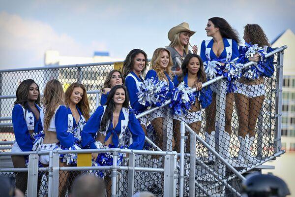 Các hoạt náo viên đội Dallas Cowboy theo dõi cuộc đua tại sân bay Texas Motor Speedway - Sputnik Việt Nam
