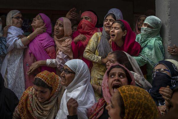 Người thân và hàng xóm khóc than trong đám tang một cảnh sát bị giết trong một vụ xả súng ở ngoại ô Srinagar, Kashmir, Ấn Độ - Sputnik Việt Nam
