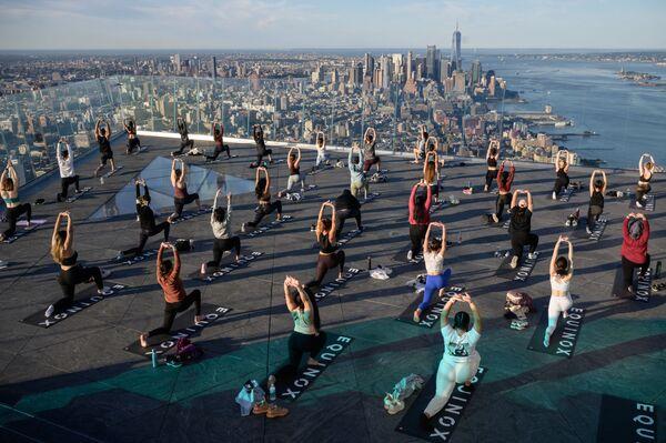 Tập yoga tại Đài quan sát Edge (Edge Observation Deck) ở độ cao 345 mét, New York - Sputnik Việt Nam