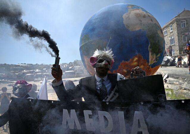 Các nhà hoạt động bảo vệ môi trường Extinction Rebellion biểu tình ở St Ives, Cornwall trong thời gian diễn ra Hội nghị thượng đỉnh G7