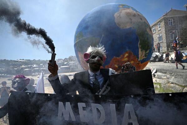 Các nhà hoạt động bảo vệ môi trường Extinction Rebellion biểu tình ở St Ives, Cornwall trong thời gian diễn ra Hội nghị thượng đỉnh G7 - Sputnik Việt Nam