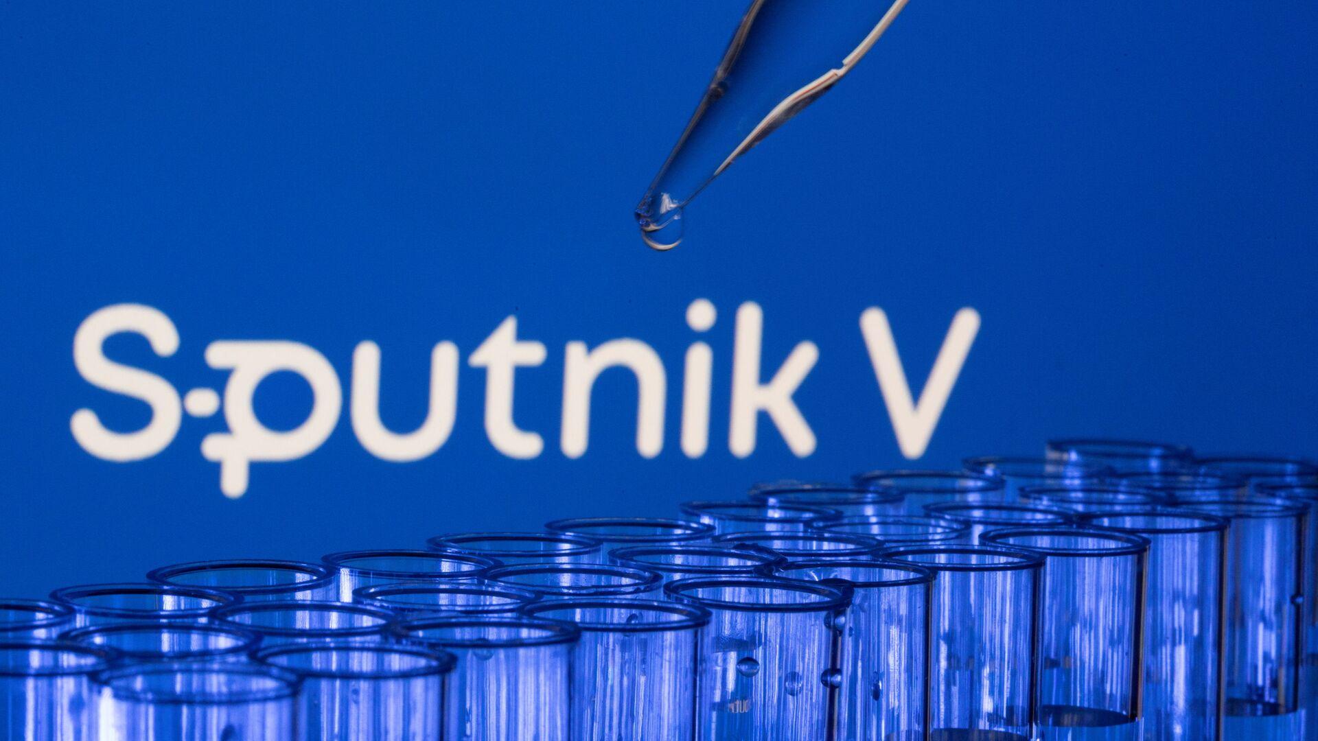 Các ống est được nhìn thấy phía trước logo Sputnik V được hiển thị trong hình minh họa này được chụp, ngày 21 tháng 5 năm 2021. - Sputnik Việt Nam, 1920, 28.08.2021