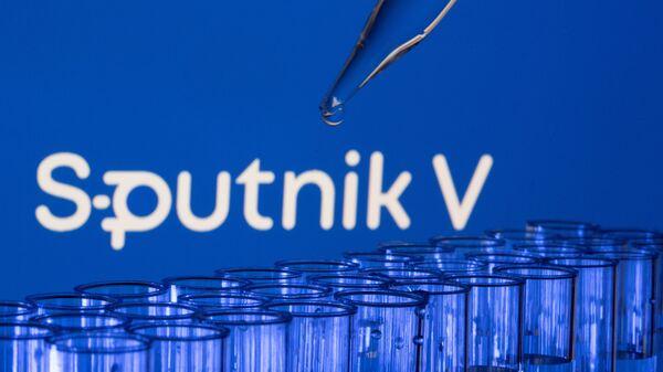 Các ống est được nhìn thấy phía trước logo Sputnik V được hiển thị trong hình minh họa này được chụp, ngày 21 tháng 5 năm 2021. - Sputnik Việt Nam