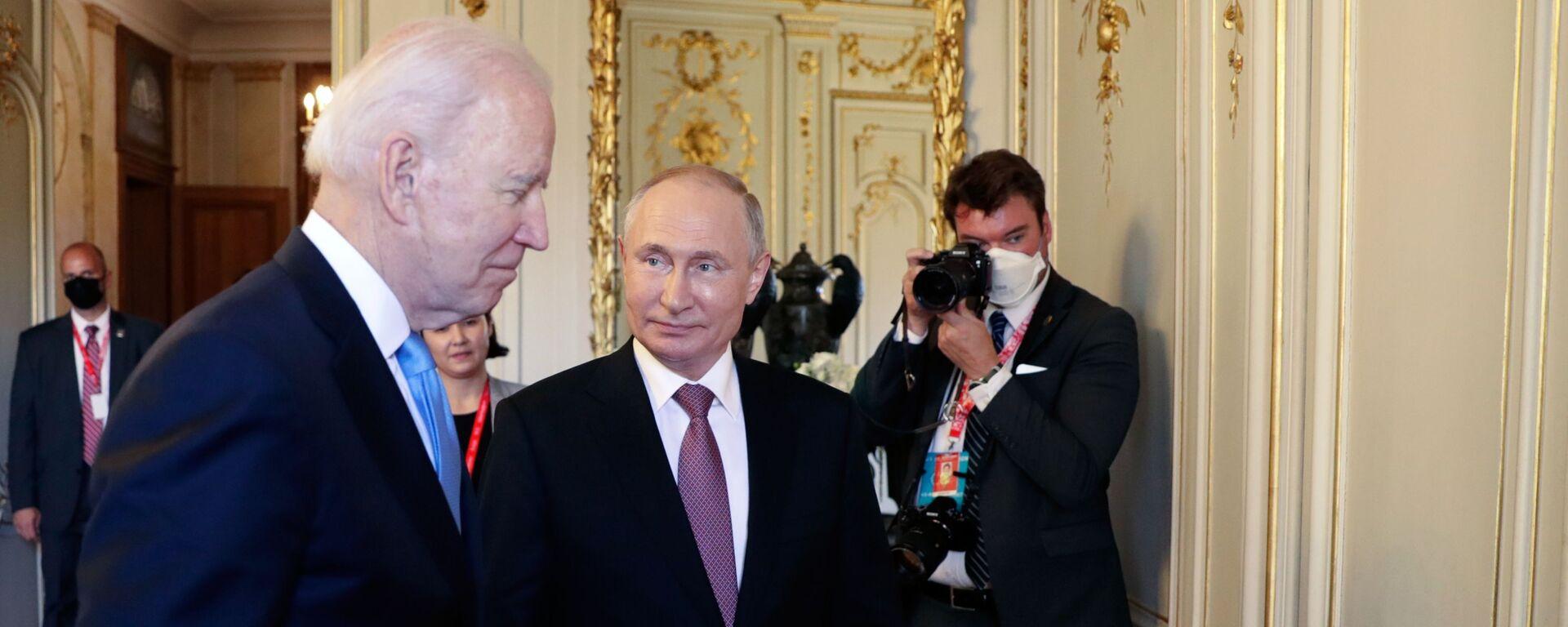 Tổng thống Nga Vladimir Putin và Tổng thống Mỹ Joe Biden trước khi bắt đầu các cuộc đàm phán Nga-Mỹ theo định dạng mở rộng tại Villa La Grange ở Geneva - Sputnik Việt Nam, 1920, 18.06.2021