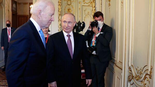 Tổng thống Nga Vladimir Putin và Tổng thống Mỹ Joe Biden trước khi bắt đầu các cuộc đàm phán Nga-Mỹ theo định dạng mở rộng tại Villa La Grange ở Geneva - Sputnik Việt Nam