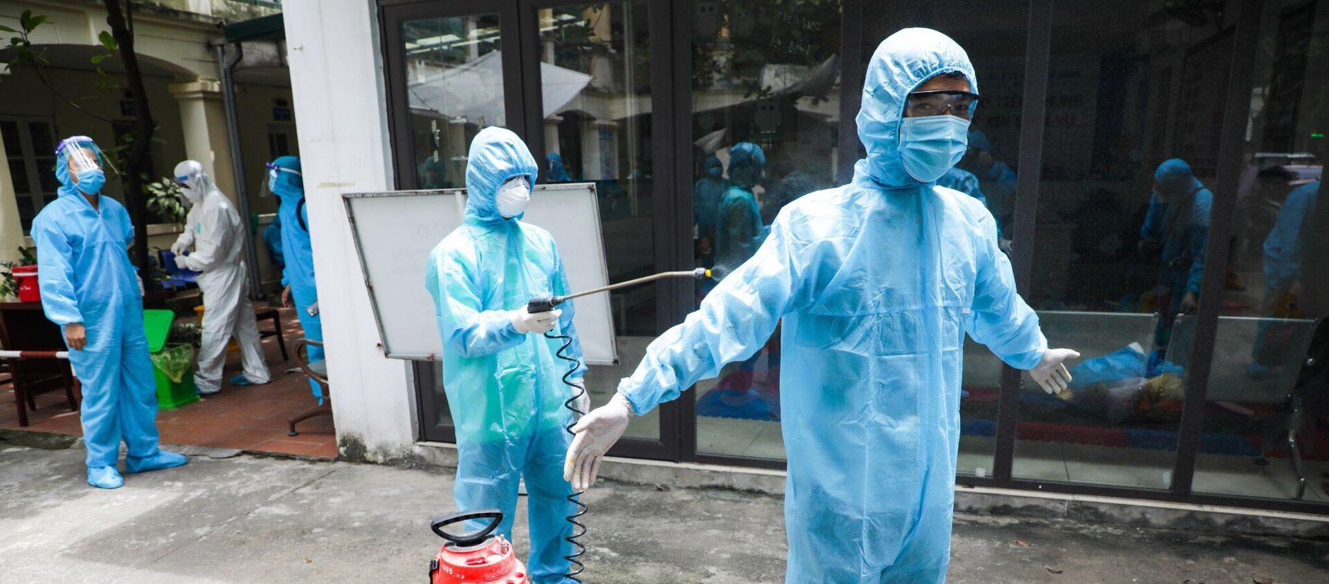Phóng viên ảnh Lê Văn Viết Niệm cùng đồng nghiệp khử khuẩn sau khi tác nghiệp tại tâm dịch Bắc Giang - Sputnik Việt Nam, 1920, 22.06.2021