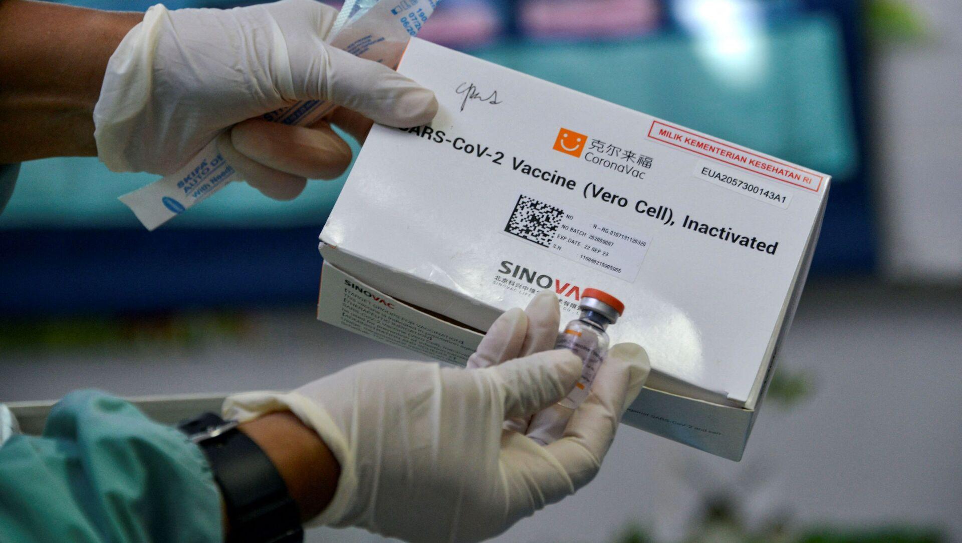 Nhân viên y tế Indonesia cầm  vaccine Sinovac của Trung Quốc. - Sputnik Việt Nam, 1920, 21.06.2021