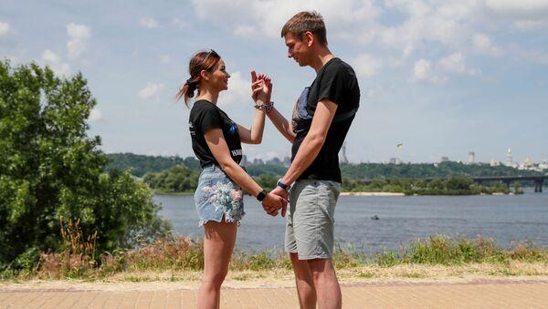 Cặp đôi Ukraina Victoria và Alexandr còng tay lại với nhau. - Sputnik Việt Nam