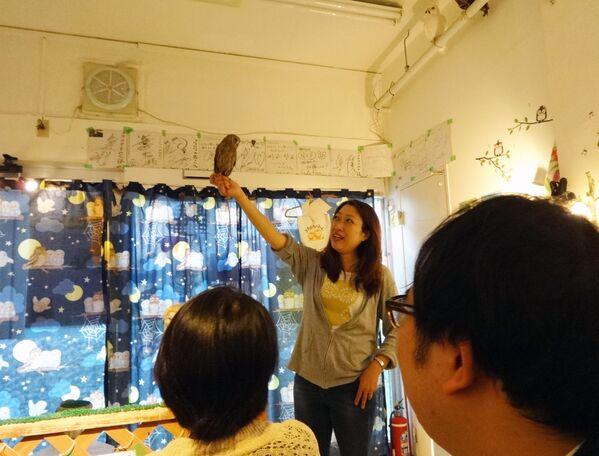 Nữ nhân viên Shop of Owls ở Tokyo với con cú - Sputnik Việt Nam