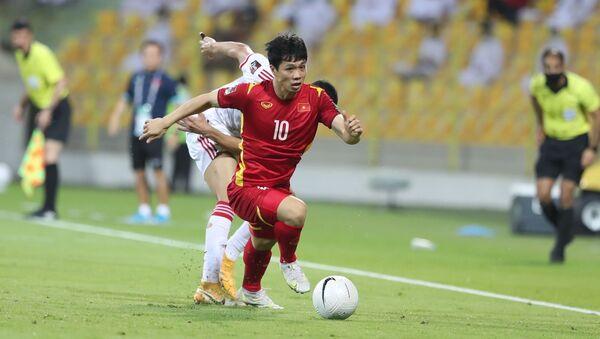 Tiền đạo Công Phượng đi bóng vượt qua tuyến phòng ngự của UAE - Sputnik Việt Nam