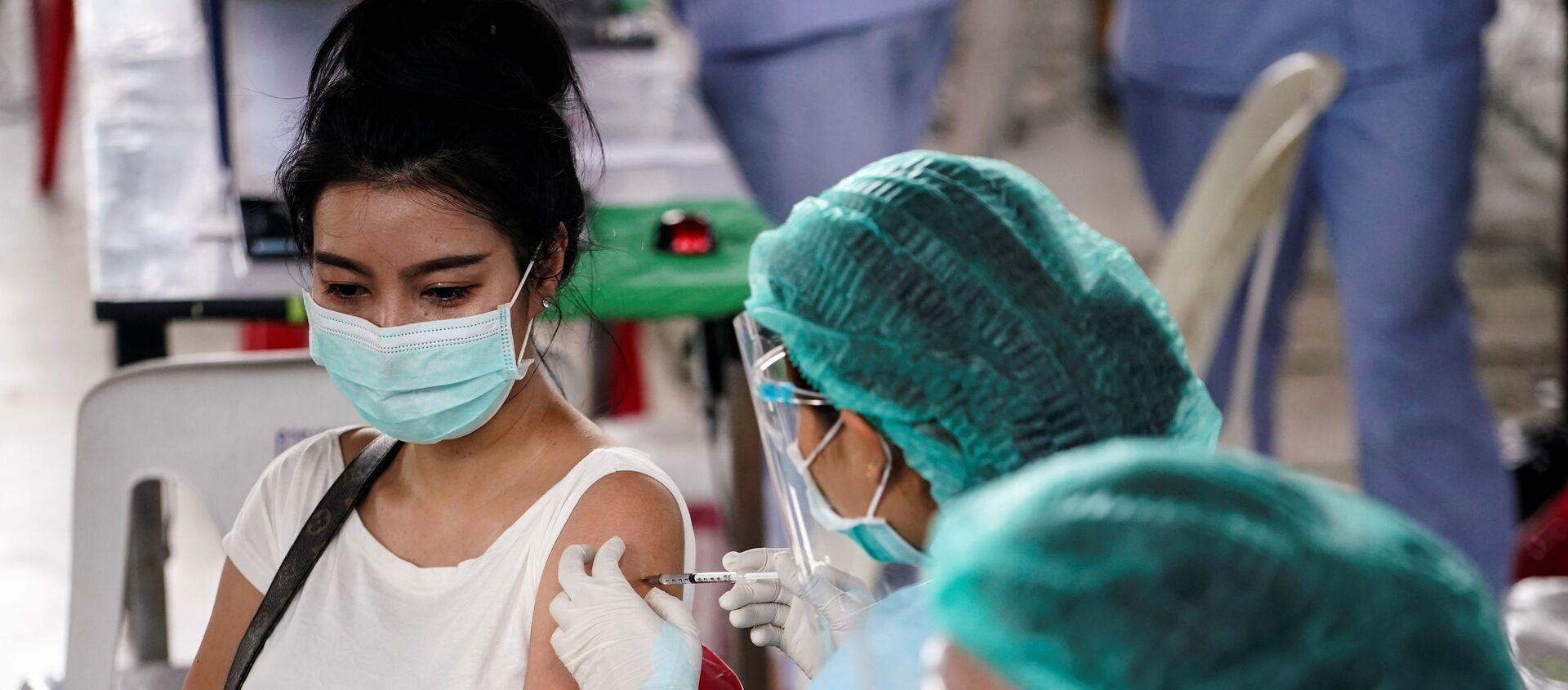 Tiêm phòng coronavirus bằng vắc xin Sinovac ở Bangkok - Sputnik Việt Nam, 1920, 21.06.2021