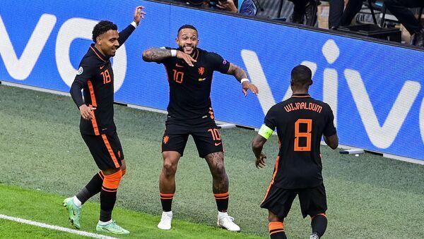 Các cầu thủ Hà Lan vỡ òa vui sướng sau bàn thắng ghi được trong VCK EURO 2020 trước đội Bắc Macedonia - Sputnik Việt Nam