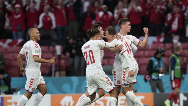 Các cầu thủ Đan Mạch vỡ òa vui sướng sau bàn thắng ghi được trong VCK EURO 2020 trước đội Nga - Sputnik Việt Nam