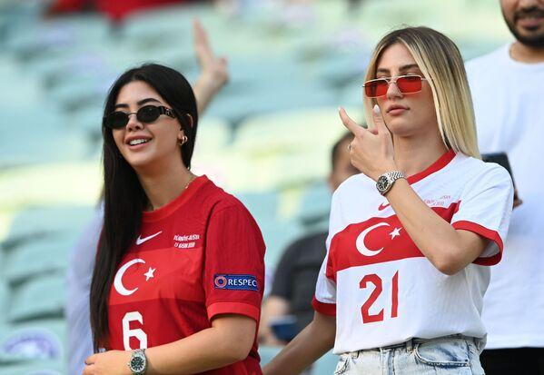 Các cổ động viên nữ từ Thổ Nhĩ Kỳ trên sân vận động trước trận đấu, ở Azerbaijan - Sputnik Việt Nam