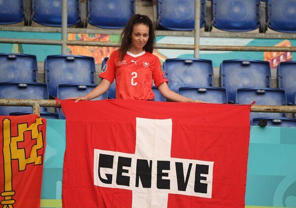 Nữ cổ động viên từ Thụy Sĩ tạo dáng trên khán đài trước trận đấu ở Roma - Sputnik Việt Nam