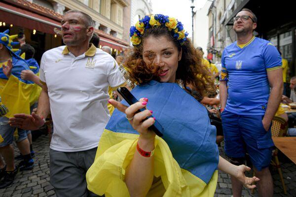 Các cô gái Ukraina cổ động viên nhảy múa trước trận đấu của Giải Vô địch châu Âu ở Bucharest - Sputnik Việt Nam