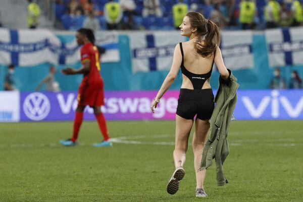 Một fan nữ trên sân cỏ trong trận đấu bóng đá ở Saint-Peterburg  - Sputnik Việt Nam