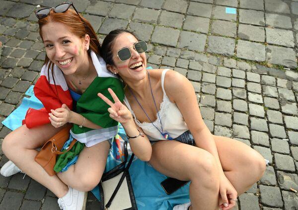 Các cô gái Ý cổ vũ cho đội nhà khi theo dõi trận đấu qua màn hình lớn trong khu vực dành cho người hâm mộ chính thức ở Piazza del Popolo - Sputnik Việt Nam