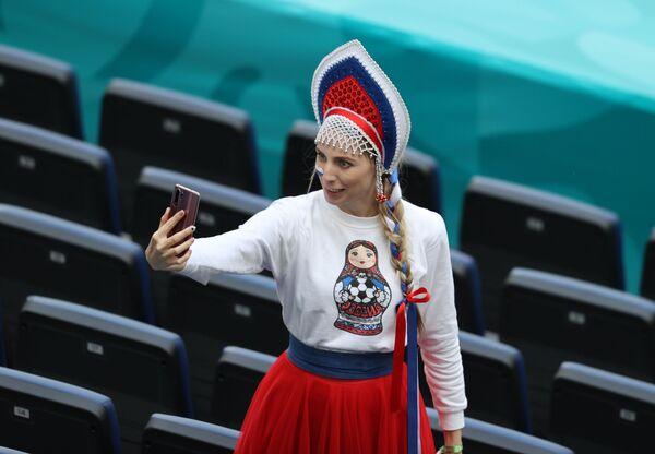 Fan nữ người Nga trước trận đấu ở Saint-Peterburg  - Sputnik Việt Nam
