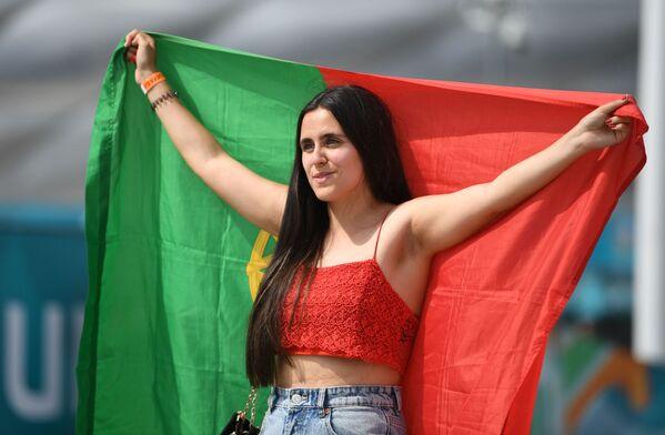 Nữ cổ động viên Bồ Đào Nha trong trận đấu của EURRO-2020 ở Đức - Sputnik Việt Nam