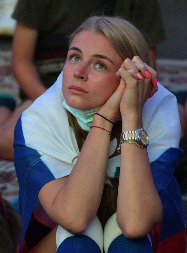Nữ cổ động viên xem phát trực tiếp trận đấu của EURO-2020 trong khu vực dành cho người hâm mộ ở Saint-Peterburg  - Sputnik Việt Nam