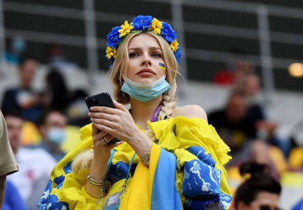 Fan nữ người Ukraina tại trận đấu của EURO-2020 ở Bucharest - Sputnik Việt Nam