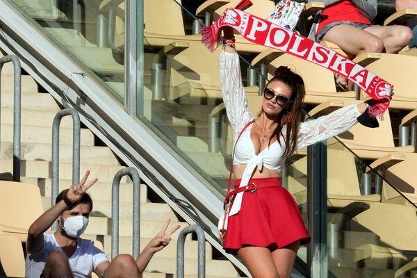 Fan nữ Ba Lan tại trận đấu của EURO-2020 ở Seville, Tây Ban Nha - Sputnik Việt Nam