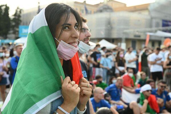 Các fan nữ người Ý cổ vũ cho đội nhà trên quảng trường Piazza del Popolo ở Roma trong trận đấu của EURO-2020 giữa Ý và Xứ Wales - Sputnik Việt Nam