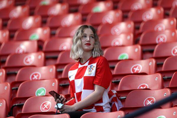 Nữ cổ động viên Croatia trên khán đài trước trận đấu - Sputnik Việt Nam