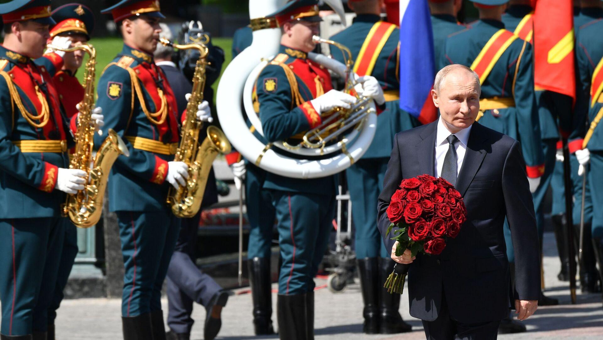 Tổng thống Nga Vladimir Putin làm lễ đặt vòng hoa tại Mộ Người Chiến sĩ vô danh. - Sputnik Việt Nam, 1920, 22.06.2021