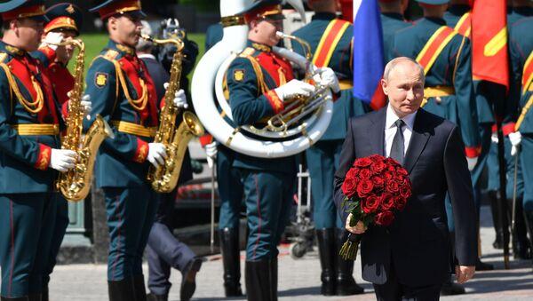 Tổng thống Nga Vladimir Putin làm lễ đặt vòng hoa tại Mộ Người Chiến sĩ vô danh. - Sputnik Việt Nam