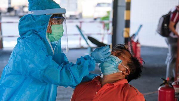 Sinhh viên trường Đại học Y Dược Cần Thơ thực hiện nhiệm vụ tại các chốt kiểm dịch. - Sputnik Việt Nam