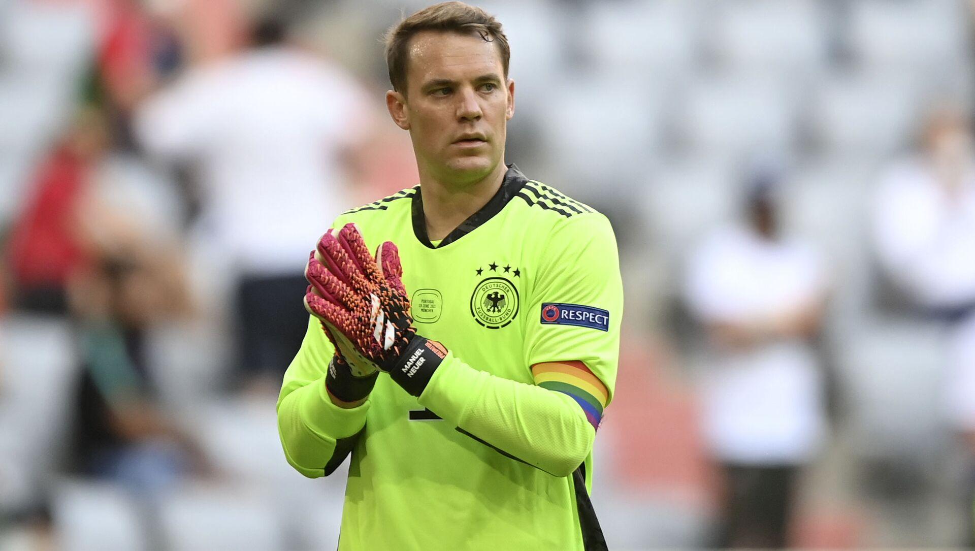 Thủ môn Manuel Neuer của đội tuyển Đức đeo chiếc băng đội trưởng LGBT trên cánh tay. - Sputnik Việt Nam, 1920, 23.06.2021