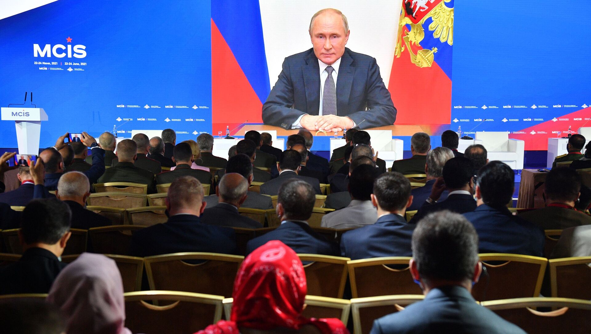 Tổng thống Nga Vladimir Putin gửi thông điệp qua video tới các đại biểu và khách mời của Hội nghị Matxcơva lần thứ IX về An ninh quốc tế. - Sputnik Việt Nam, 1920, 23.06.2021
