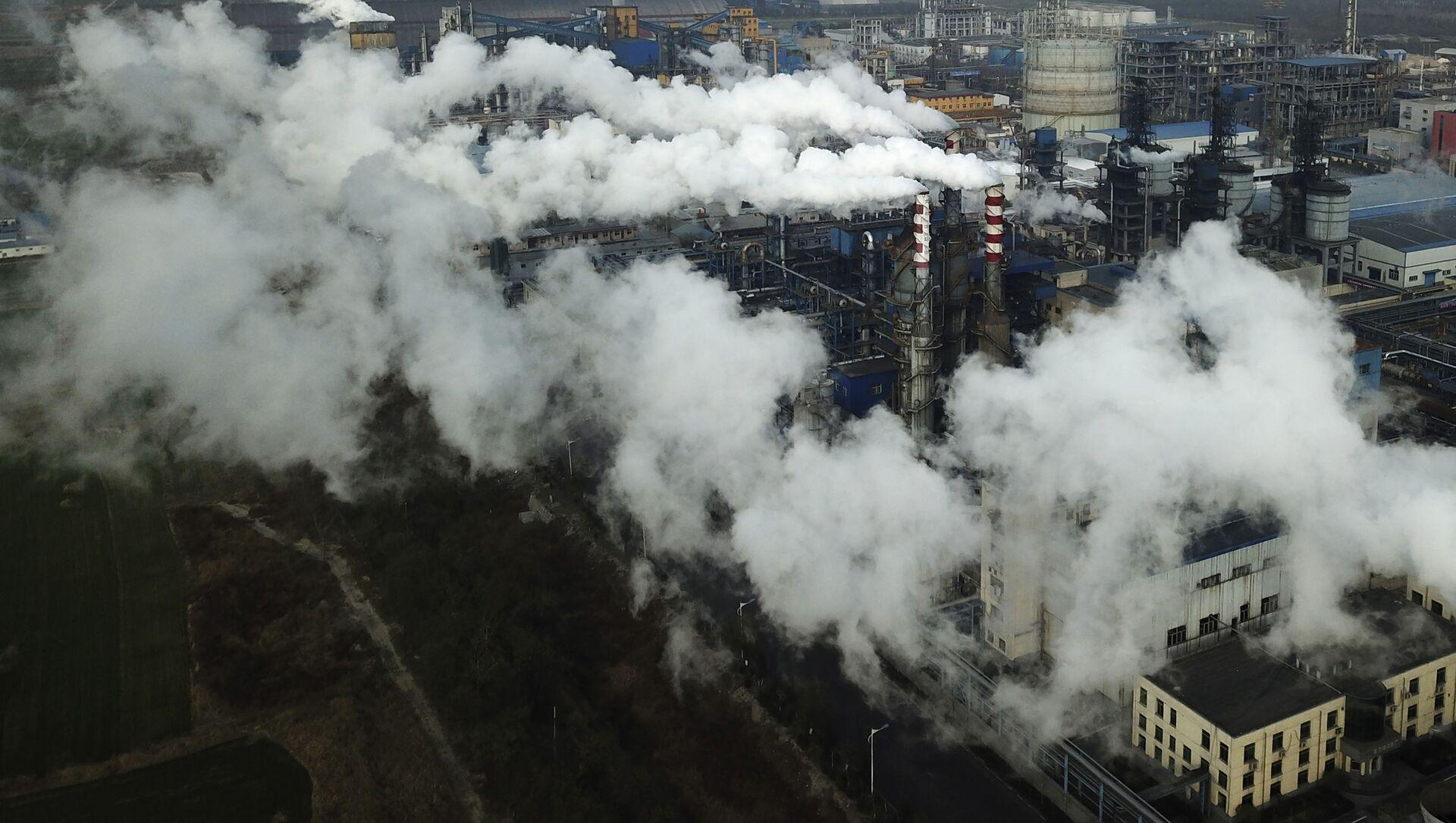 Khói và hơi nước từ nhà máy chế biến than ở Hà Kinh, Trung Quốc. - Sputnik Việt Nam, 1920, 27.09.2021