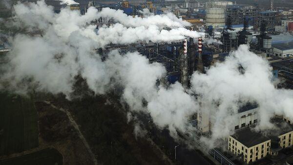 Khói và hơi nước từ nhà máy chế biến than ở Hà Kinh, Trung Quốc. - Sputnik Việt Nam