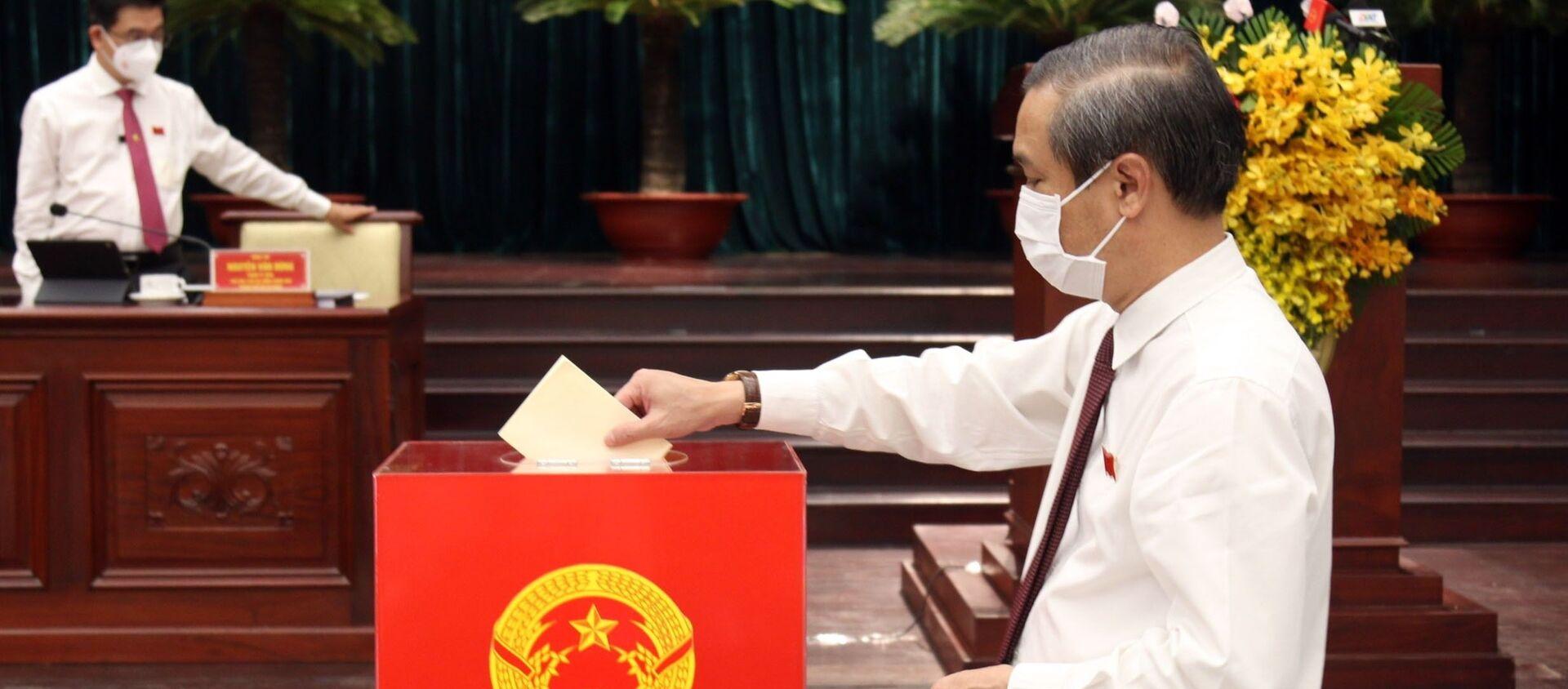 Các đại biểu bỏ phiếu bầu nhân sự Hội đồng nhân dân Thành phố khóa X, nhiệm kỳ 2021-2026. - Sputnik Việt Nam, 1920, 24.06.2021