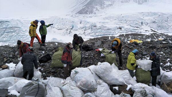 Thu gom rác trên sườn phía bắc của núi Chomolungma ở khu tự trị Tây Tạng ở tây nam Trung Quốc - Sputnik Việt Nam