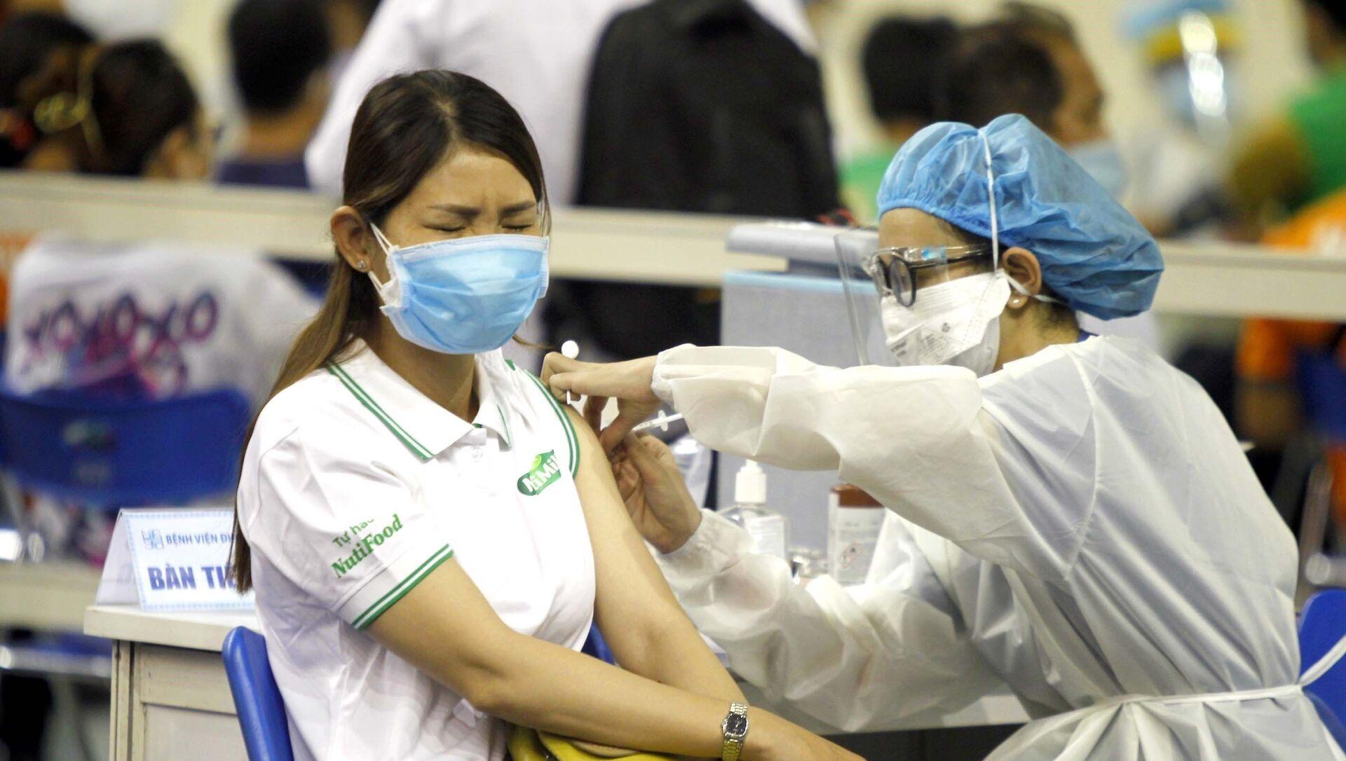 Người lao động Thành phố Hồ Chí Minh được tiêm vaccine phòng COVID-19.  - Sputnik Việt Nam, 1920, 24.06.2021