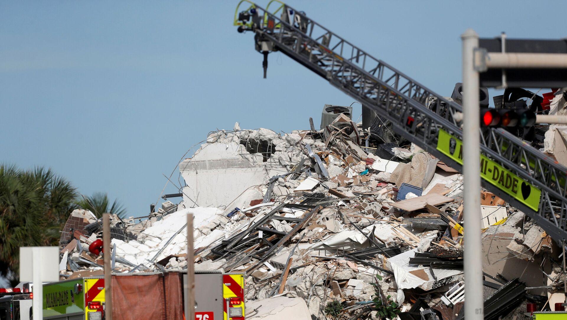 Nhân viên cứu hộ đang tìm kiếm người mất tích trong vụ sập nhà cao tầng ở Florida, Hoa Kỳ, 24/6/2021 - Sputnik Việt Nam, 1920, 25.06.2021